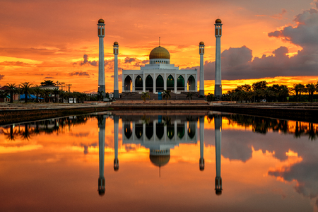 reflection of mosque and beautiful sunset on water surface Publikacyjne