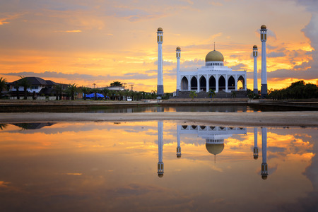 reflection of mosque on water surface Publikacyjne