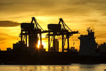 sillhoutte of crane and sun ray in port Zdjęcie Seryjne