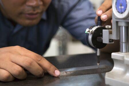 worker use dial guage measure part precision Zdjęcie Seryjne