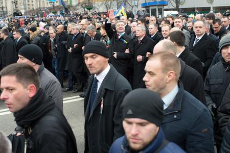 """dignit�: Kiev, Ukraine - F�vrier 22. 2015: Pr�sident de l'Ukraine Petro Porochenko au cours de la """"mars de la dignit�"""" sur la place de l'Ind�pendance � Kiev, en Ukraine � 22 F�vrier, 2015"""