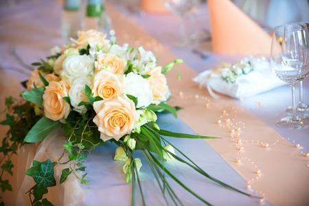 Blumenstrauß auf Hochzeits Esstisch Standard-Bild - 42099424