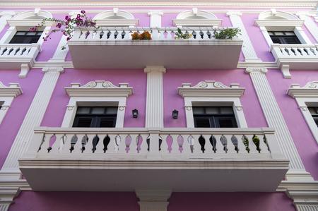 Violet Wohnhaus Haus mit weißen schönen Balkon Zaun und Türen mit Fenstern in San Juan, Puerto Rico