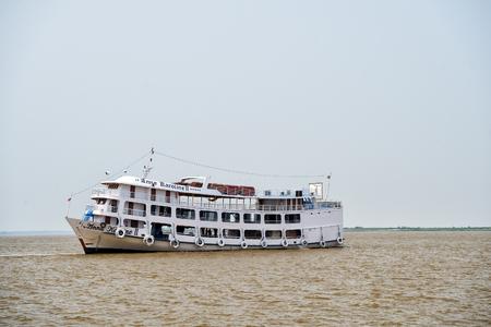 río amazonas: r�o Amazonas, Brasil-2 de diciembre de 2015: Anna Karolina peque�o barco de pasajeros en el agua sucia del r�o Amazonas gris de color marr�n en el fondo cielo cambiante