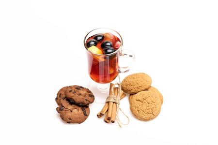 vin chaud: Un verre de délicieux glintwein ou vin chaud à la cannelle et biscuits à l'avoine isolé sur fond blanc Banque d'images