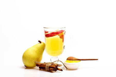 vin chaud: Un verre de délicieux glintwein ou vin chaud, de cannelle, de fil, de poire, de miel avec une cuillère en bois isolé sur fond blanc