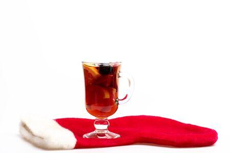 vin chaud: Un verre de délicieux glintwein ou vin chaud avec le Père Noël chaussette rouge isolé sur fond blanc Banque d'images