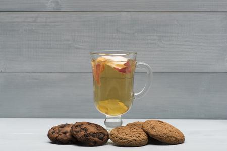 vin chaud: Un verre de délicieux glintwein ou vin chaud avec des biscuits à l'avoine sur fond de bois cru