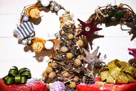 guirnaldas de navidad: set of christmas or new year decoration with colorful presents or gifts ,new year wreaths and xmas balls on vintage wooden background Foto de archivo