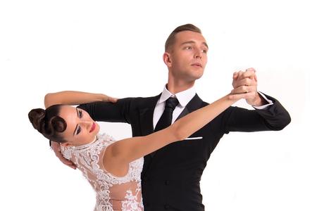 schönen Tanzpaar in einem Tanz-Pose auf weißem Hintergrund. sinnlich proffessional Tänzer tanzen walz, Tango, Slowfox und Quickstep