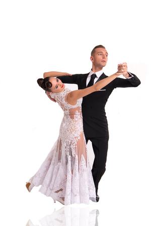 흰색 배경에 고립 댄스 포즈에서 아름 다운 볼룸 댄스 커플. 관능적 인 프로 페셔널 댄서들이 왈츠, 탱고, 슬로우 폭스, 퀵 스텝을 춤 스톡 콘텐츠
