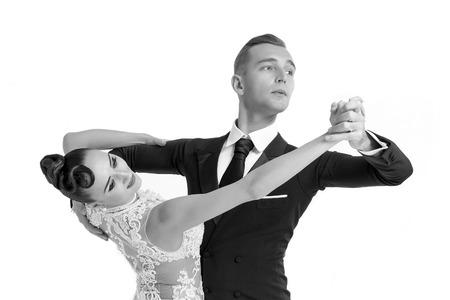 mooie ballroom dans paar in een dans pose op een witte achtergrond. sensuele professionele dansers dansen wals, tango, Slowfox en quickstep, zwart en wit Stockfoto