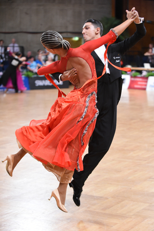 Stuttgart, Germany - August 15, 2015: An unidentified dance couple in a dance pose during Grand Slam Standart at German Open Championship, on August 15, in Stuttgart, Germany 新聞圖片