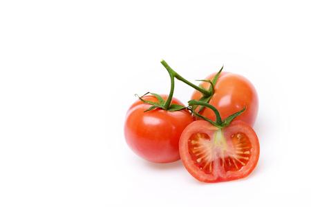 白い背景に、コピー領域に分離されたトマトとベジタリアン健康概念