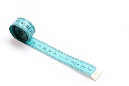 metro de medir: Cinta para medir en color cian con números negros en él aislado en el fondo blanco. Concepto minimalista de sastrería, costura y artesanía