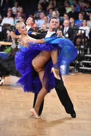Stuttgart, Alemania - el 15 de agosto de 2015: Una pareja de danza no identificada en una pose de baile durante Grand Slam Standart en el Campeonato Abierto de Alemania, el 15 de agosto en Stuttgart, Alemania