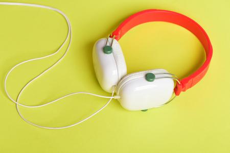 Moderne Und Stilvolle Ohrhörer Isoliert Auf Gelbem Hintergrund ...