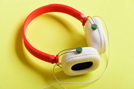 Kopfhörer In Weißer Und Roter Farbe Mit Langem Draht. Headset Für ...