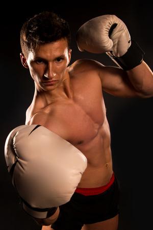 nackte brust: Gladiator oder atlant in Boxhandschuhen. Sport und Training. Mann mit muskulösem Körper. Boxer mit nackter Brust. Athletic Bodybuilder posieren in Hosen