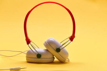 Moderne Und Stilvolle Kopfhörer Auf Hellorangeem Hintergrund ...