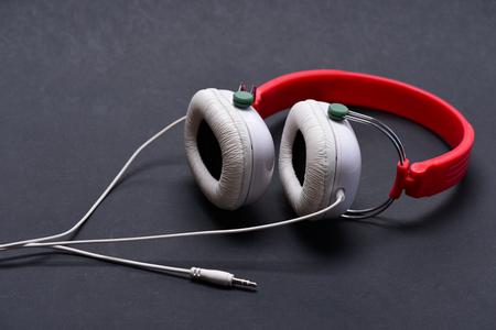 Kopfhörer In Weißer Und Roter Farbe Mit Langem Draht. Moderne Und ...
