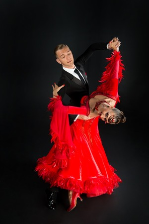 빨간 춤 댄스 포즈 검은 배경에 고립에서 댄스 무도장 커플. 관능적 인 프로 댄서들이 왈츠, 탱고, 슬로우 폭스, 퀵 스텝을 춤. 스톡 콘텐츠