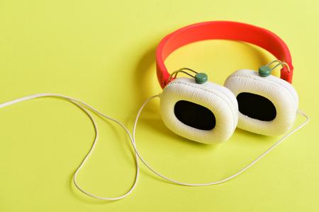 Kopfhörer Für Musik Aus Kunststoff. Moderne Und Stilvolle Kopfhörer ...