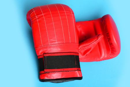 Guantes de boxeo aislados sobre fondo azul brillante. Concepto de deportes Foto de archivo - 84174627