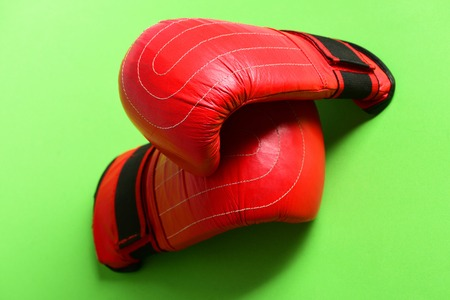 Par de roupas de couro de boxe sportswear. Luvas de boxe em cor vermelha. Knock out e forte boxer punch conceito. Equipamento de esporte isolado no fundo verde Foto de archivo - 84493915