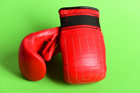 Guantes de boxeo aislados en verde brillante. Concepto de deporte Foto de archivo - 84505270