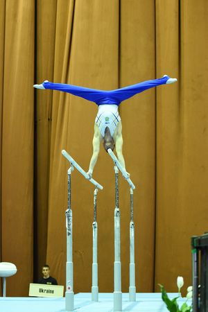 Kyiv. Ucrania, 1 de abril de 2017: gimnasta de sexo masculino que se realiza durante Stella Zakharova Artistic Gymnastics Cup Foto de archivo - 89297033