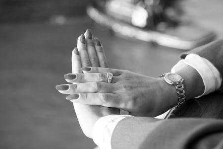 Elegante mani femminili con unghie rosso manicure con gioielli e orologi Archivio Fotografico - 90018296