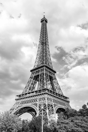 Eiffel Tower at sunset in Paris, France. Romantic travel background. Eiffel tower is traditional symbol of paris and love. Banque d'images