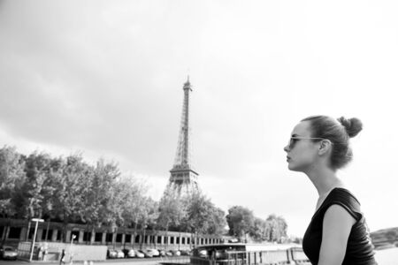 girl looking at eiffel tower in Paris, France. Romantic travel concept Banque d'images