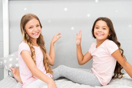 Sisters older or younger major factor in siblings having more positive emotions. 版權商用圖片
