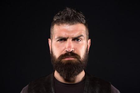 Homme barbu. Mode masculine. hipster caucasien brutal avec moustache. Soins du visage. Hipster mature avec barbe. Portrait de mode de l'homme. homme sérieux. Soins des cheveux et de la barbe. Banque d'images