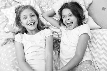 pigiama party e amicizia. pigiama party di due bambini piccoli felici in camera da letto. amicizia di bambine con facce felici. si.