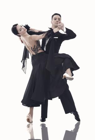 Tanzsaal Paar in einer Tanzhaltung isoliert auf weißem Hintergrund. sinnliche professionelle tänzer tanzen walzer, tango, slowfox und quickstep.