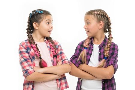 Freundschaftliche Unterstützung und Vertrauen. Ziele der Schwesternschaft. Schwestern isolierten zusammen weißen Hintergrund. Schwesterliche Beziehung. Schwesternschaft ist bedingungslose Liebe. Mädchen kühlen selbstbewusste Schwestern mit verschränkten Armen ab. Standard-Bild