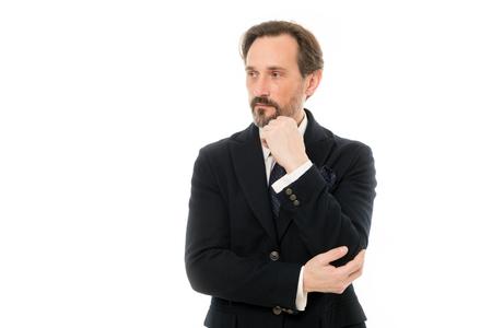 Réfléchir aux solutions. Homme supérieur aux cheveux de barbe grise. Homme mûr barbu dans le style d'affaires. Homme d'affaires à la mode. Homme d'affaires mûr en tenue de soirée. Retour au travail en costume-cravate.
