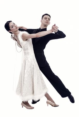 Gesellschaftstanzpaare in einer Tanzhaltung lokalisiert auf weißem Hintergrund. Ballsaal sinnliche professionelle Tänzer tanzen Walzer, Tango Slow Fox. Tanzprofi für Gesellschaftspaare