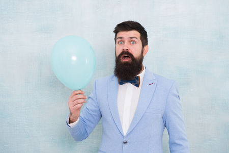 Bearded man with balloon. Stylish man in suit hold balloon. Surprise. Mature hipster with beard. what is going on. Surprised bearded man at wedding. Wedding groom. Wedding party. Bearded man groom. Banque d'images - 123040431