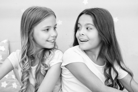 Girls sisters spend pleasant time communicate in bedroom. Awesome perks of having sister. Sisters older or younger major factor in siblings having more positive emotions. Benefits having sister. 版權商用圖片