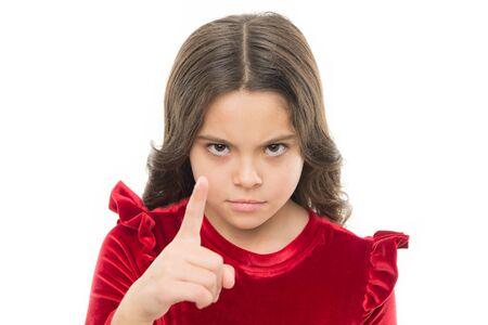 Estás advertido. Cabrito de la muchacha que amenaza con el puño aislado en blanco. Fuerte temperamento. Amenazando con un ataque físico. Concepto de agresión infantil. Chica agresiva que amenaza con golpearte. Chica peligrosa. Foto de archivo