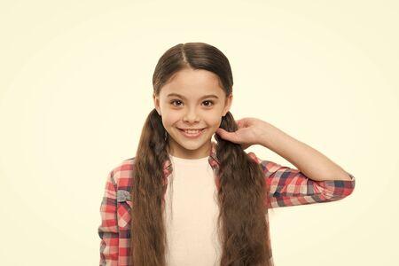 Hübsches Mädchen mit langer Frisur.