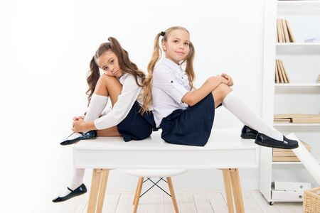 Connaissances informelles et formelles. Petites écolières mignonnes ayant une leçon le jour de la connaissance. Les petits enfants célèbrent la journée de la connaissance le 1er septembre. Acquérir des connaissances et des compétences à l'école