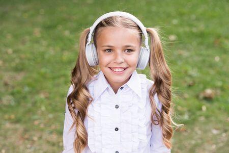 Girl listening music modern gadget. Foto de archivo - 129248588