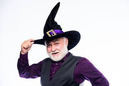 Weißer Bart des älteren Mannes feiern Halloween. Magier Hexer alter Mann. Magisches Konzept. Erfahren und weise. Zauberspruch. Halloween-Tradition. Cosplay-Outfit. Zauberer Kostüm Hut Halloween Party