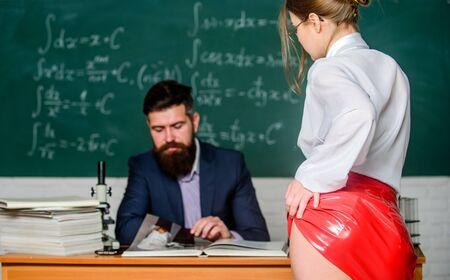 Roter Latexrock mit sexy Hintern vor der Lehrerin. Privatunterricht. Verführerisches Angebot. Wissen überprüfen. Wunsch nach Wissen. Sex-Wissen. Brauchen Sie echte Erfahrung. Lehrer und Schüler. Sexy Verführung
