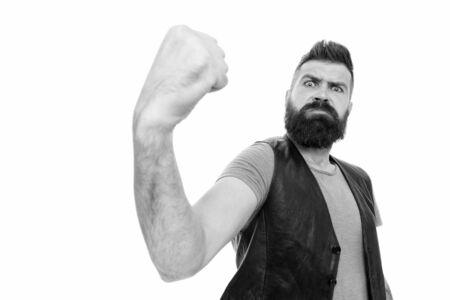 Regard effrayant comme un homme musclé. Homme musclé barbu secouant le poing. Hipster brutal fléchissant son bras avec puissance musculaire. Développer la force musculaire et la souplesse Banque d'images